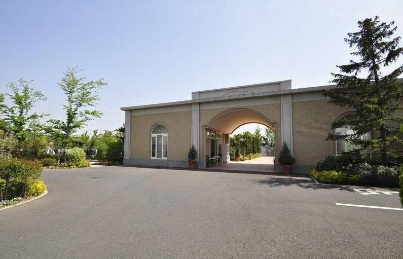 フォーシーズンメモリアル新座 開放的でおしゃれな霊園入り口