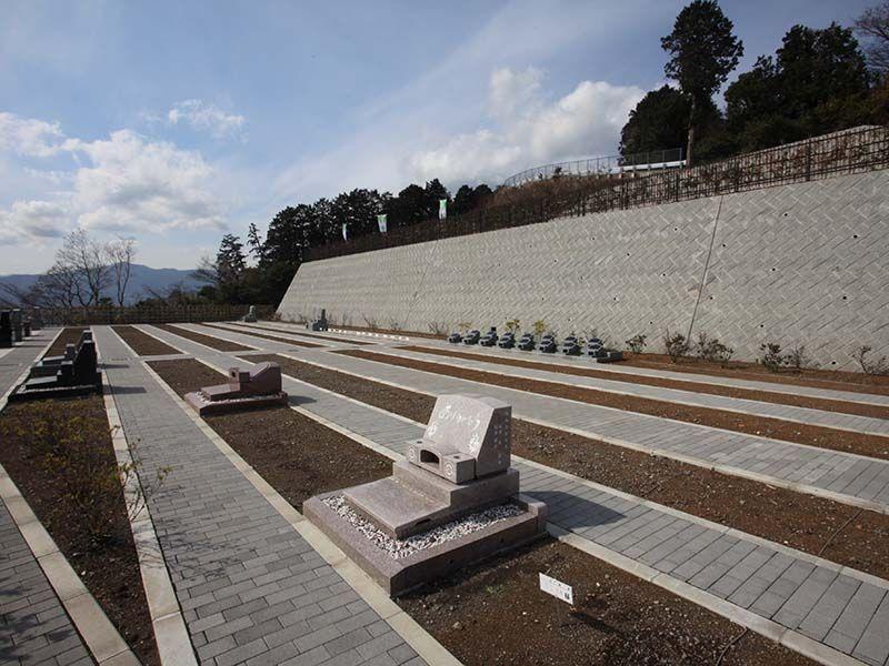 湯河原吉祥公園墓地 空が近く感じられる高台の墓域