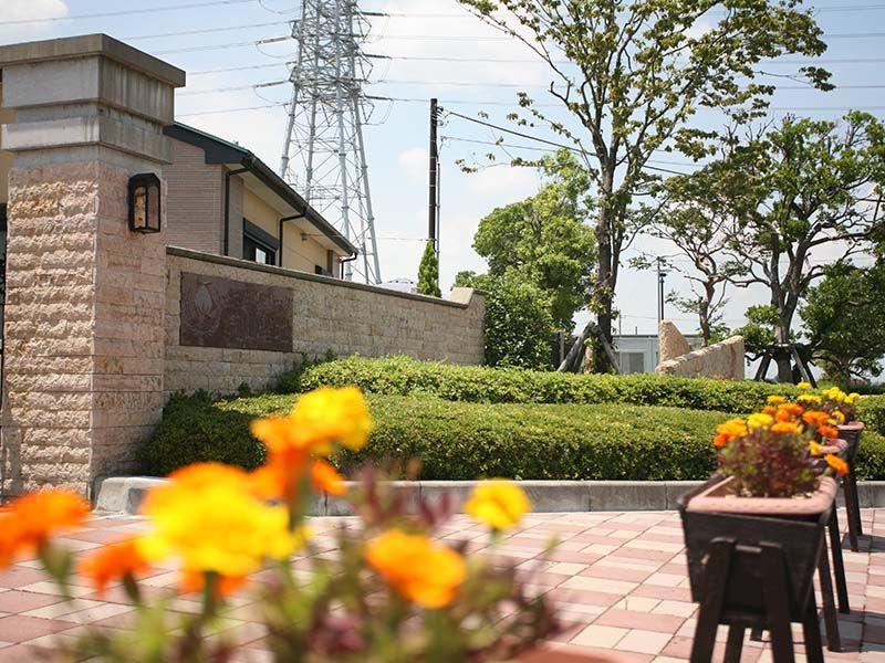 メモリアルパーク流山聖地 入り口に飾られたフラワーポット