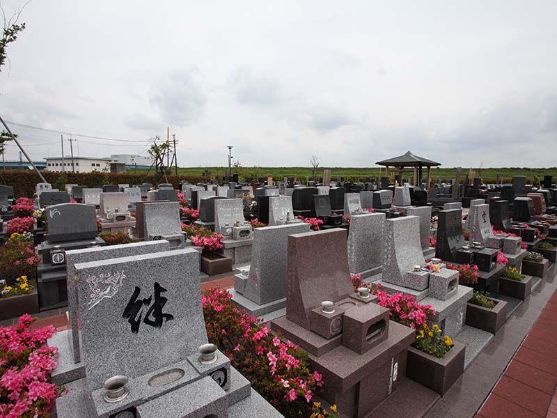 メモリアルパーク流山聖地 墓石サイドを花で飾った区画