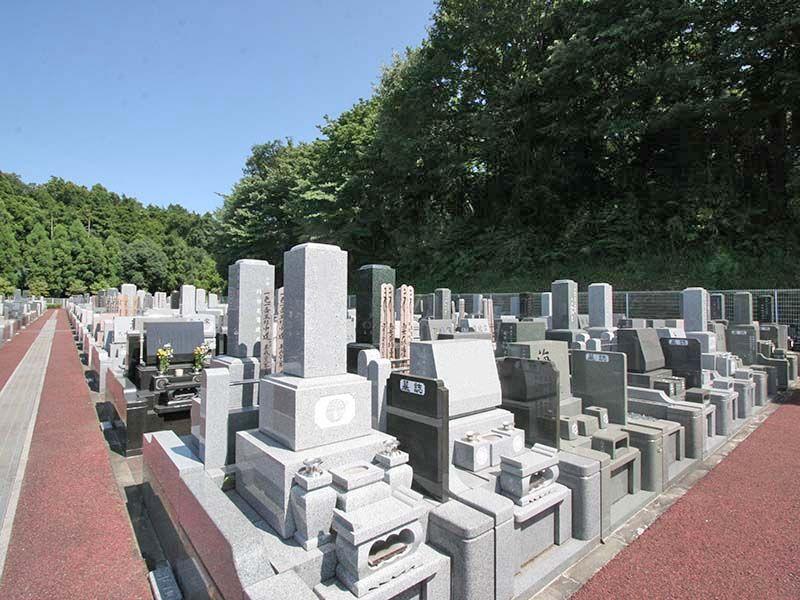 県央綾瀬霊園 様々な墓石が並ぶ墓域