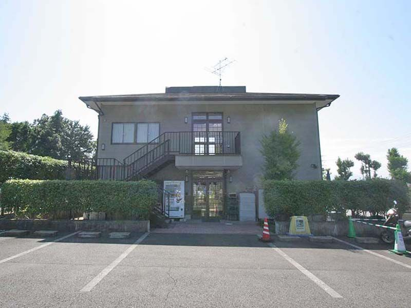 県央綾瀬霊園 駐車場の前にある管理施設