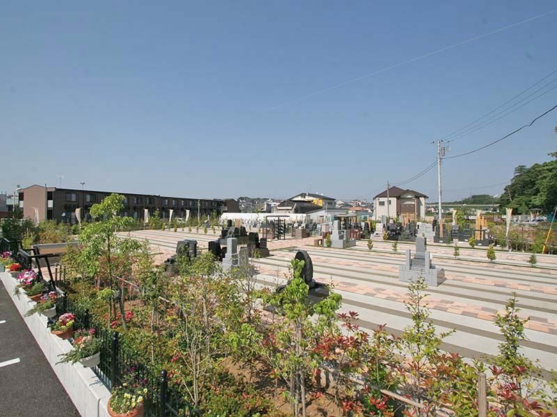 中和倉メモリアルひかりの郷 植栽や花が苑を包む