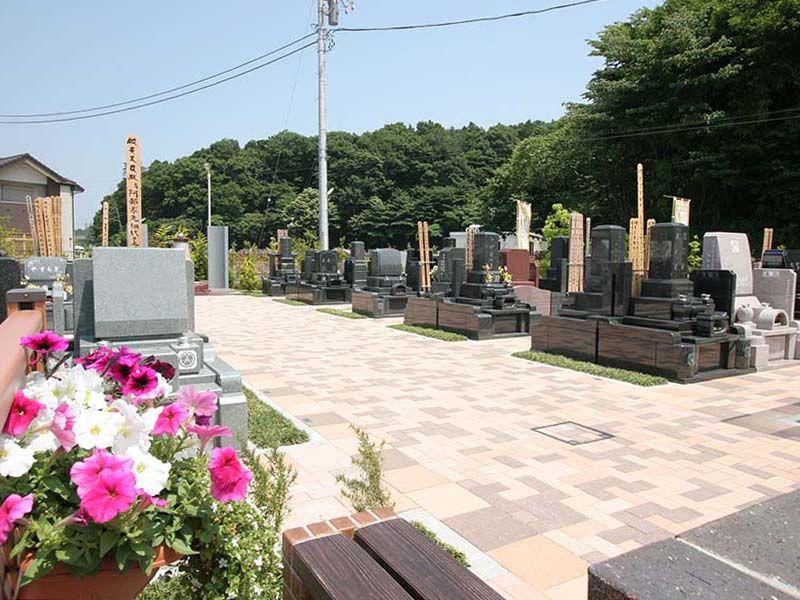 中和倉メモリアルひかりの郷 フラワーポットが飾られた一般墓所