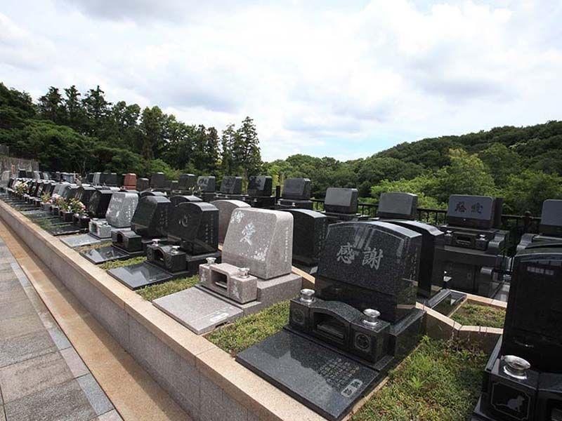 旭翠苑 様々な墓石が混在