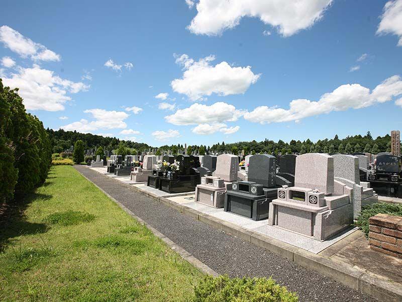 成田メモリアルパーク 日が当たり美しい御影石