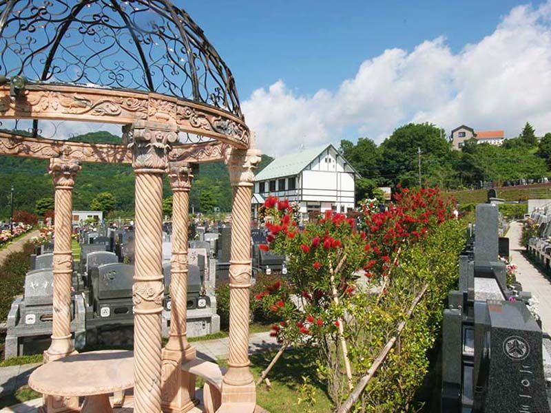 メモリアルパーク花の郷墓苑 厚木宮の里 日当たりの良い園内にある休憩スペース