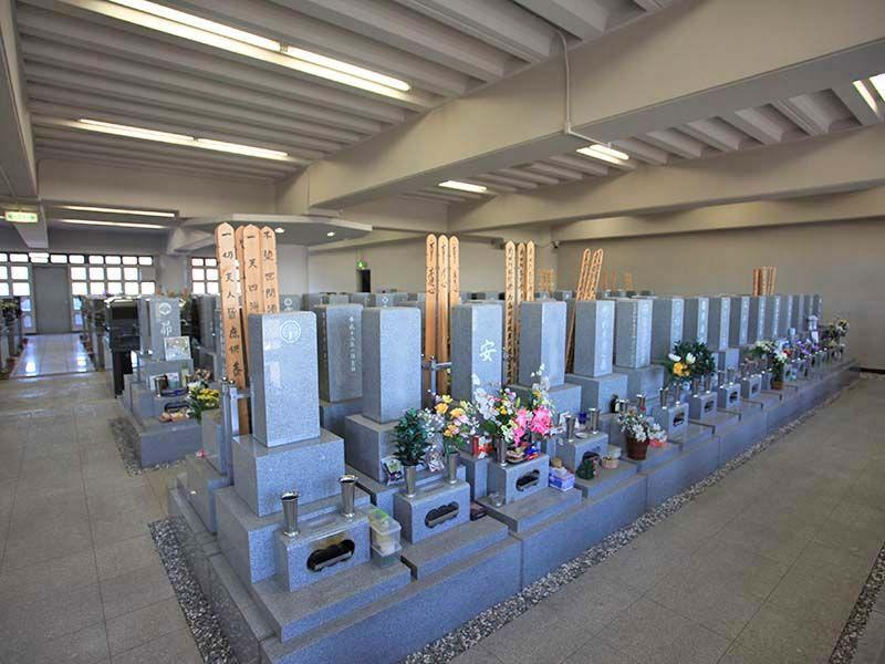 神奈川聖堂 自然光が入り明るい墓域