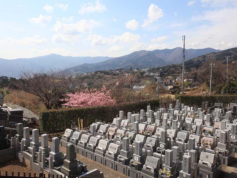 湯河原吉祥公園墓地 山々が連なり自然に囲まれた墓域