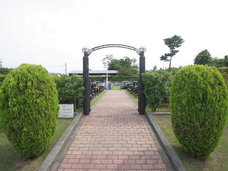 春日部メモリアルヒルズ 植栽に囲まれた入り口