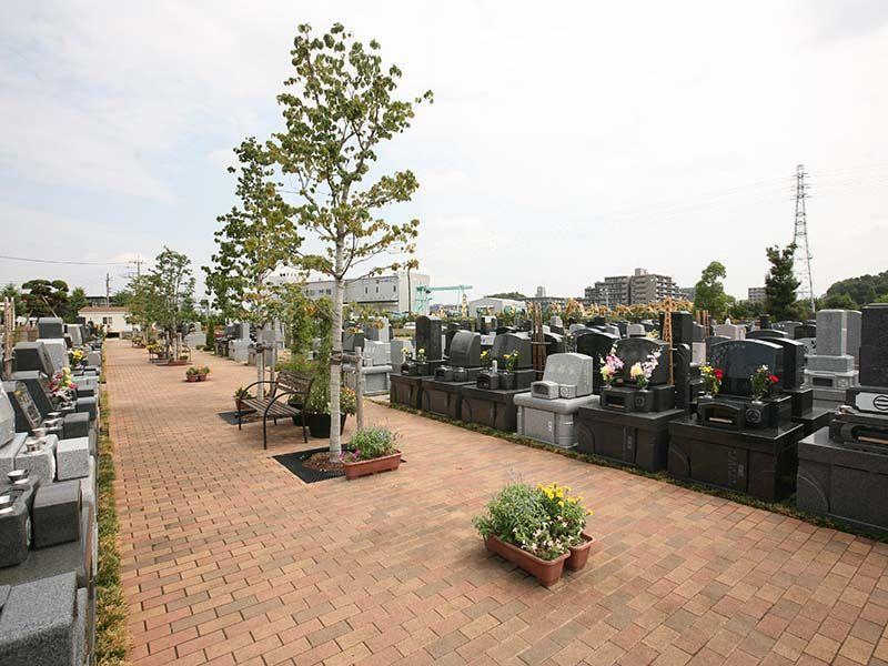 公園墓地 彩の恵 ベンチのある広い参道