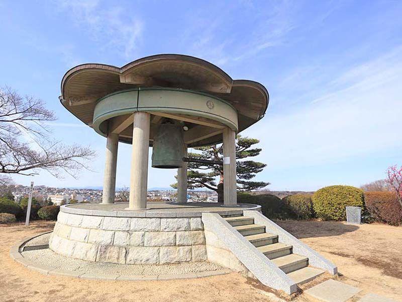 春秋苑 敷地全体が見渡せる「天翔の鐘」