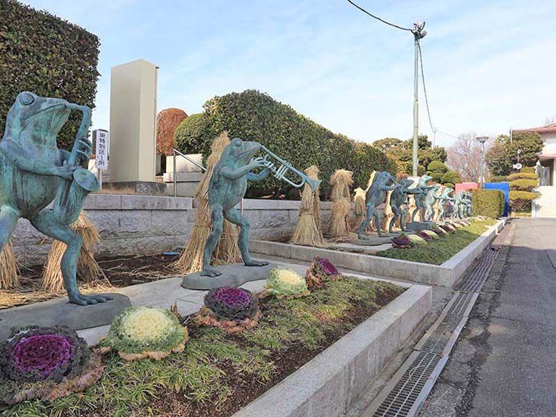 春秋苑 蛙たちのオーケストラ像
