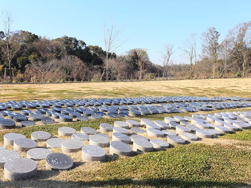 森のお墓 弥生の里・自然聖園 メモリープレートに施された様々な彫刻