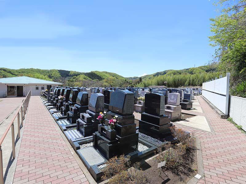鶴巻霊園 もえぎのさと なだらかな丘はバリアフリー設計