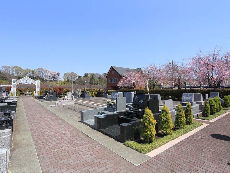 相模ふれあいの杜 田名聖地霊園 霊園の入り口すぐにある墓域と管理棟