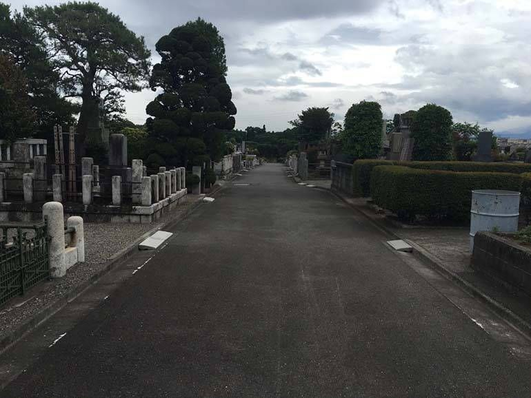 八王子市営 緑町霊園 広々とした通路