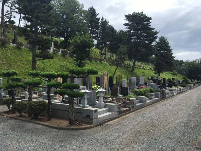 八王子市営 甲の原霊園 手入れされた植栽が美しい墓域
