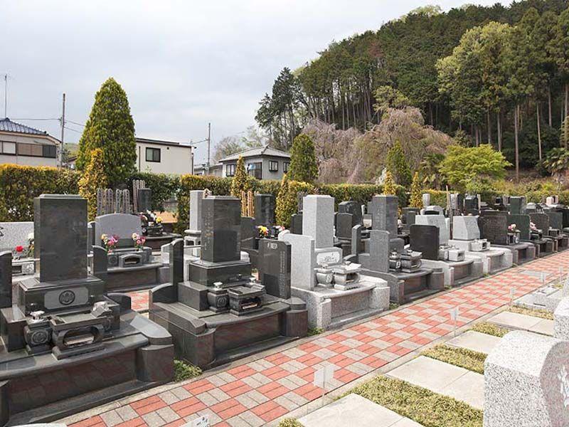 ひだまりの里 自由なデザインが並ぶ墓域