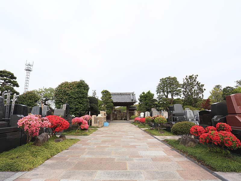 日本庭園陵墓 紅葉亭 お年寄りから子供まで安心して参拝可能な、幅の広い参道