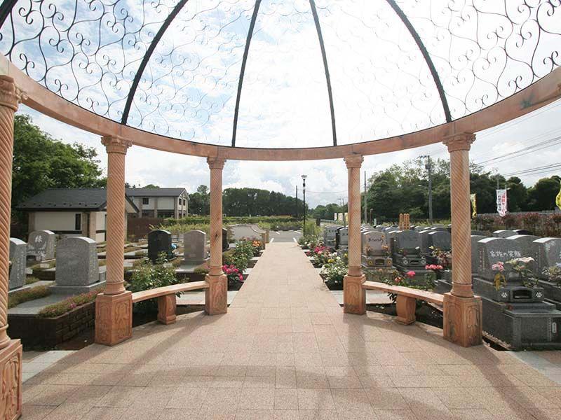 メモリアルパーク大和墓苑 ふれあいの郷 テラスエリア内の休憩スペース