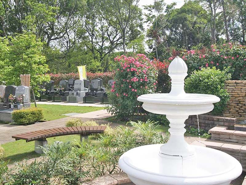 メモリアルパーク大和墓苑 ふれあいの郷 噴水の水音を聞きながら休憩できるベンチ