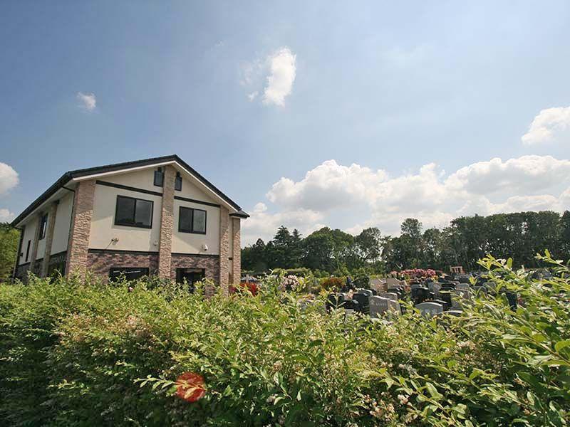 メモリアルパーク大和墓苑 ふれあいの郷 緑に囲まれた管理棟