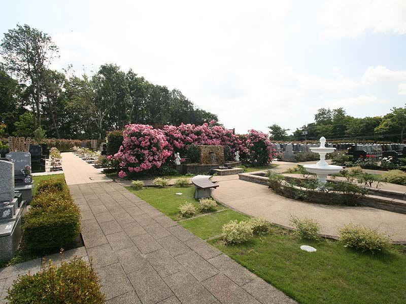 メモリアルパーク大和墓苑 ふれあいの郷 様々な花や噴水がある公園墓地