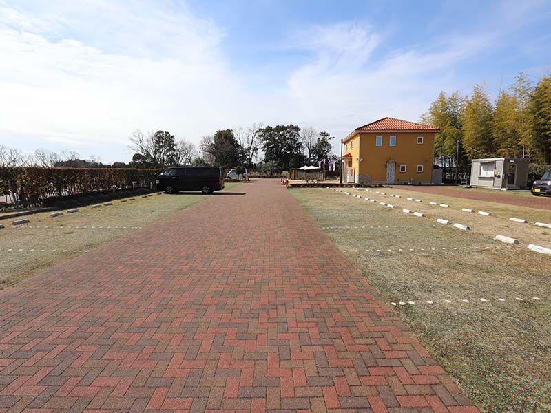 メモリアルパーク藤沢 芝生が敷かれた広い駐車場