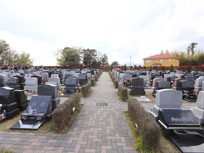 メモリアルパーク藤沢 バリアフリー設計の平坦な園内