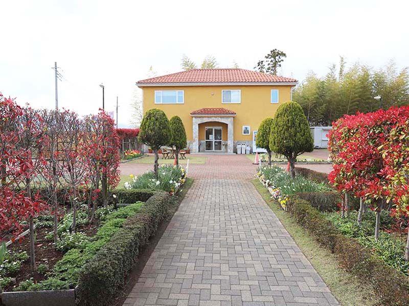 メモリアルパーク藤沢 明るい雰囲気の霊園管理棟
