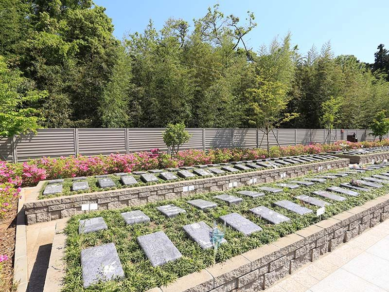 メモリアルガーデン梅郷聖地 緑に囲まれたプレート葬