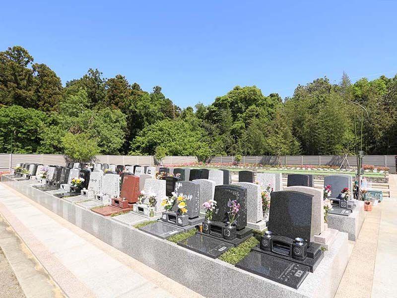 メモリアルガーデン梅郷聖地 墓石の左右にゆとりある区画