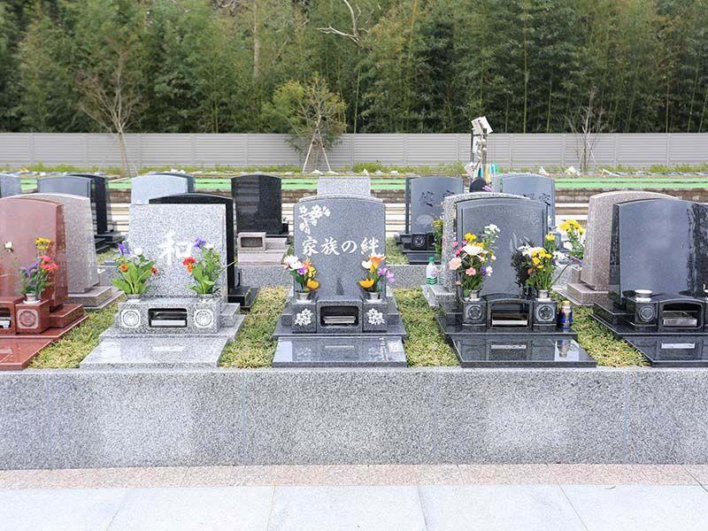 メモリアルガーデン梅郷聖地 花が供えられた墓石