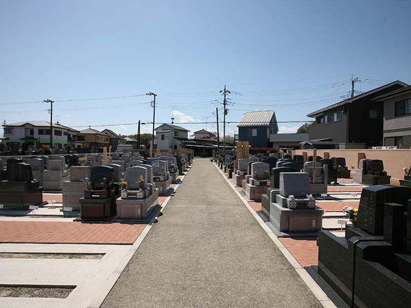 メモリアルパーク伊奈 様々な墓石が混在する墓苑