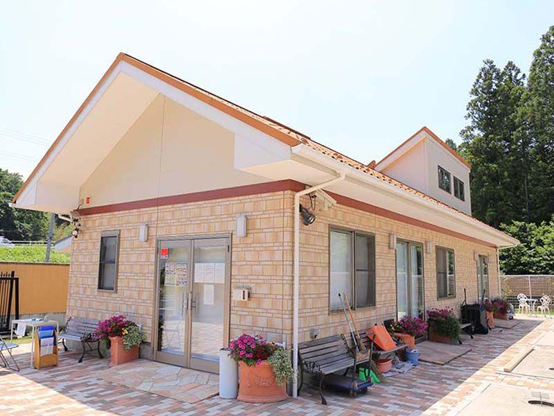 メモリアルスクエア佐倉 花とベンチが置かれた管理事務所