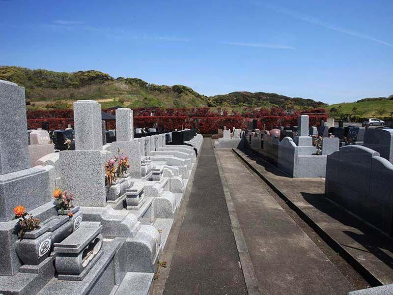 やすらぎの里 南葉山霊園 大楠山を背にした大型自由公園墓地