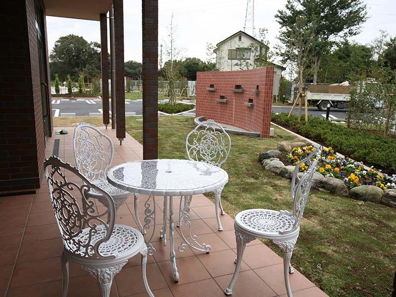 むさしの聖地 永久の郷 欧風庭園のような休憩スペース