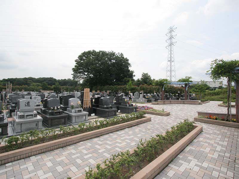 むさしの聖地 永久の郷 植栽に囲まれた洋型墓石