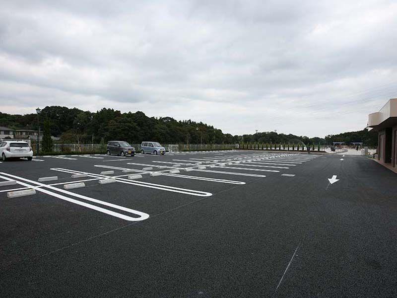 むさしの聖地 永久の郷 広々とした駐車場