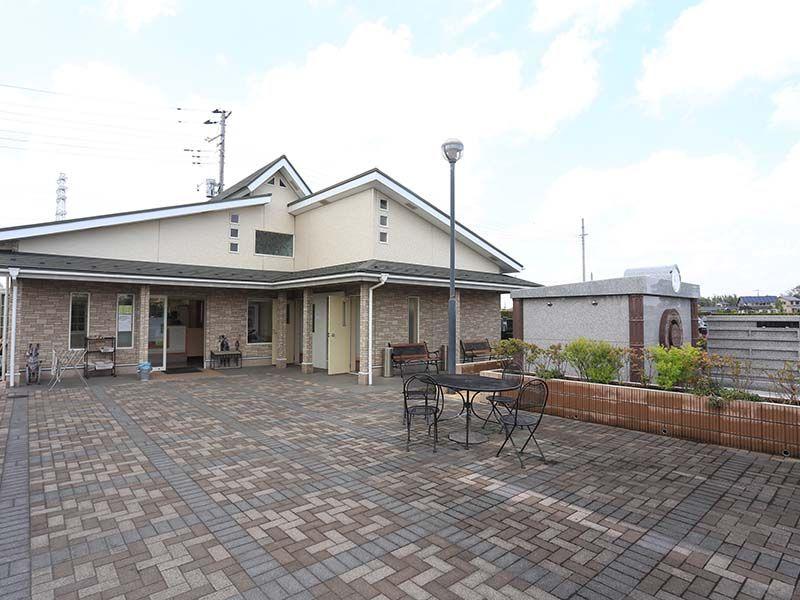 メモリアル越谷 憩いの郷 ガーデンテーブルがある管理事務所前