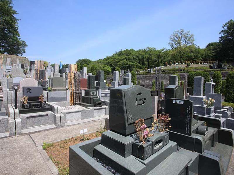 武蔵岡霊園 様々なデザインの墓石が並ぶ墓域