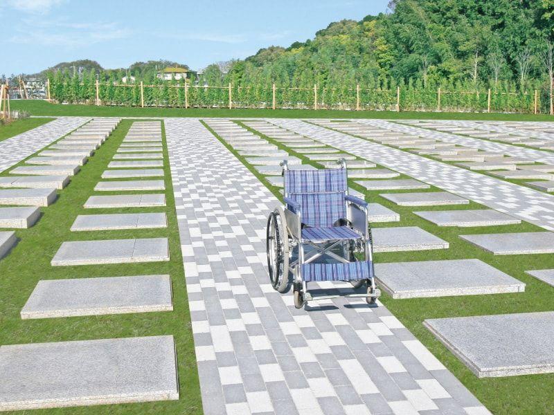 メモリアルパーク藤沢 車イス2台がすれ違える広い参道