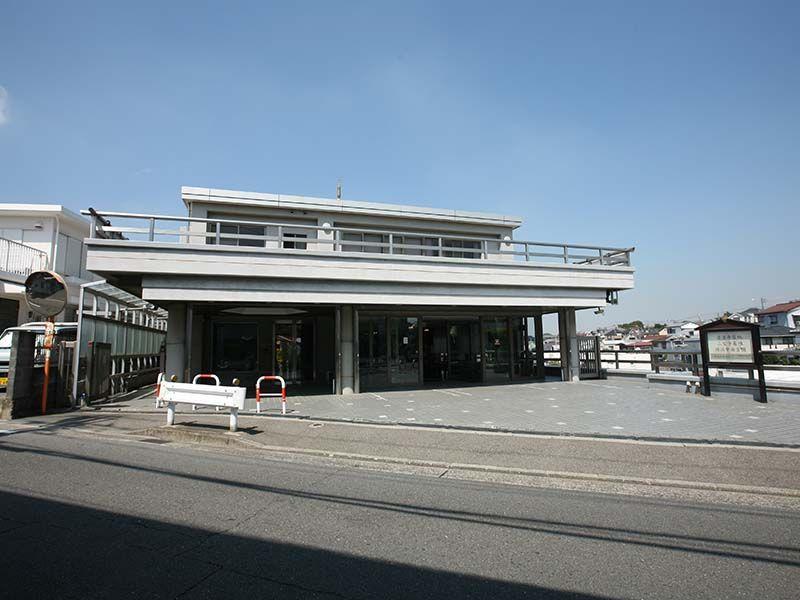 横浜中央霊園 管理棟前の駐車場