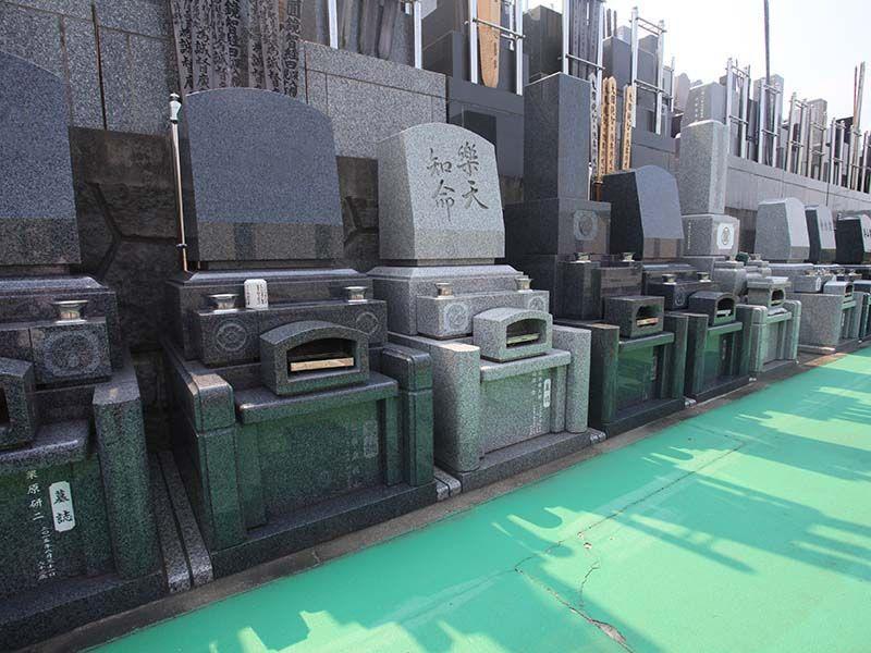 横浜中央霊園 参道に十分な広さがある「バリアフリー墓所」