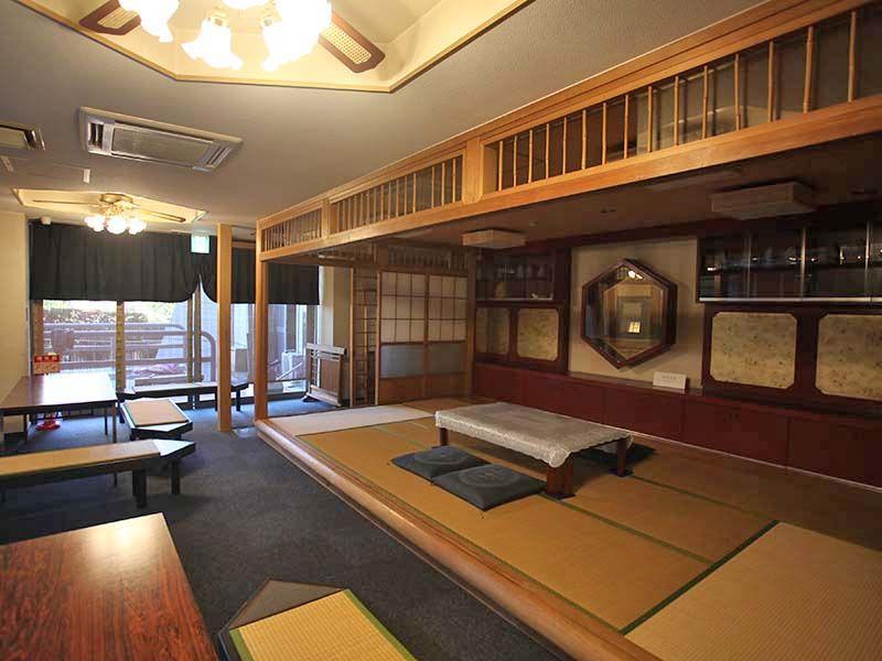 横浜中央霊園 明るく広々とした休憩室
