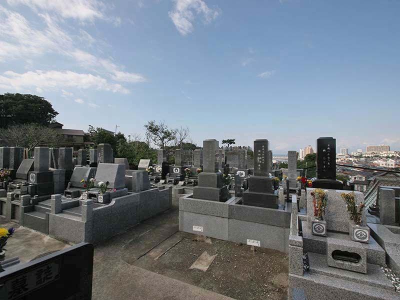 鎌倉富士見墓苑 様々なタイプの墓石が並ぶ墓域