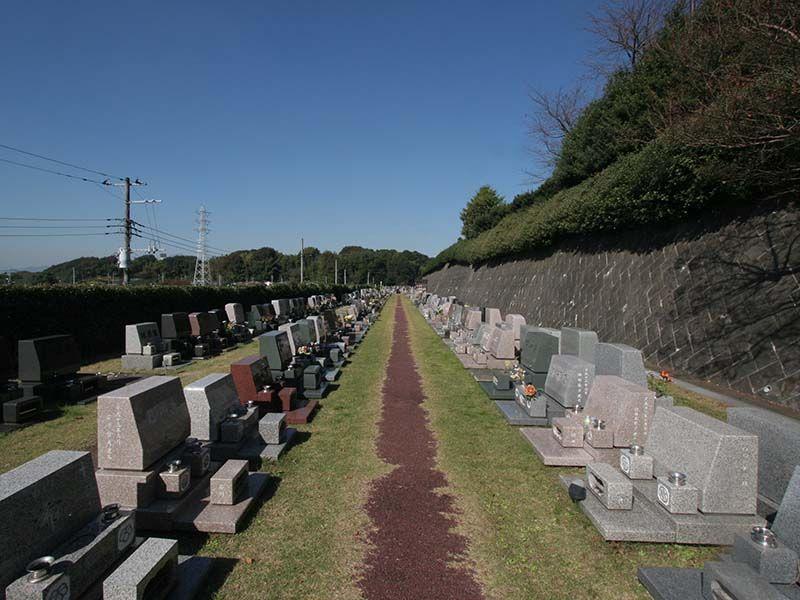 メモリアルヒルズ湘南 まっすぐに並んだ墓地