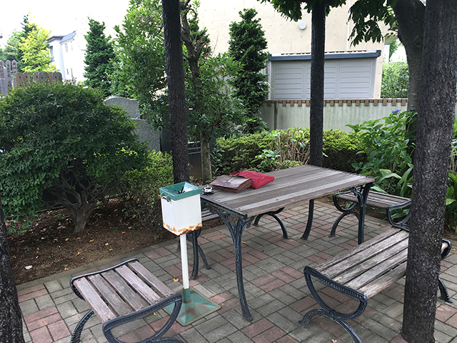 竹の塚霊園 緑に囲まれた休憩所