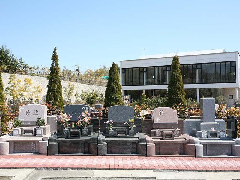 サンメモリアル東京 墓域の奥に見える便利で快適な管理棟